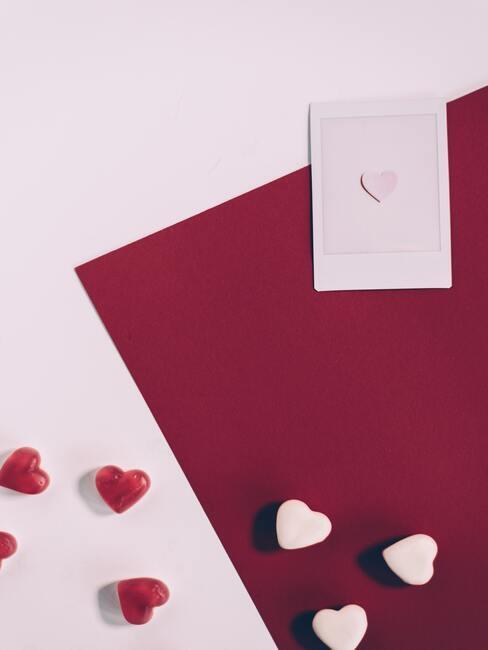 ružová kartička a ružová obálka