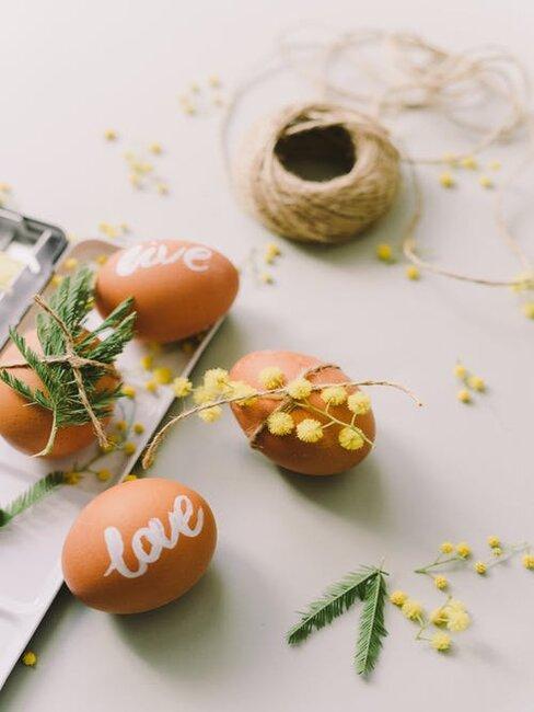 veľkonočné vajíčka na stole