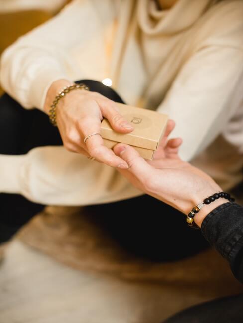 Darovanie darčeka priateľke