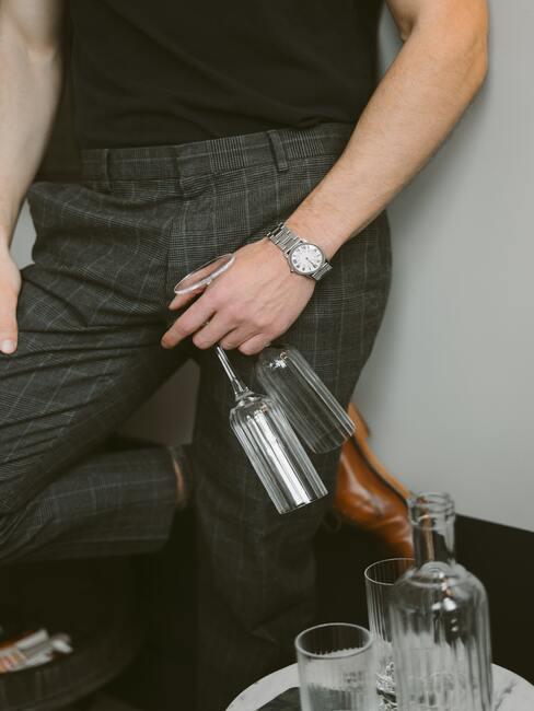 Muž so súpravou pohárov na víno