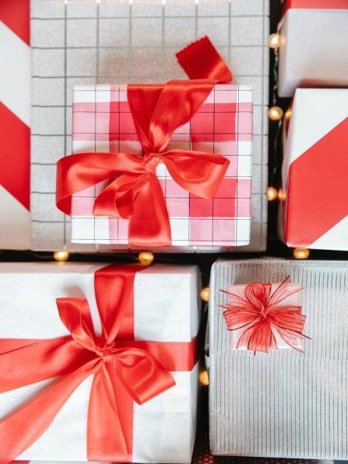 Darčeky s červenými mašľami