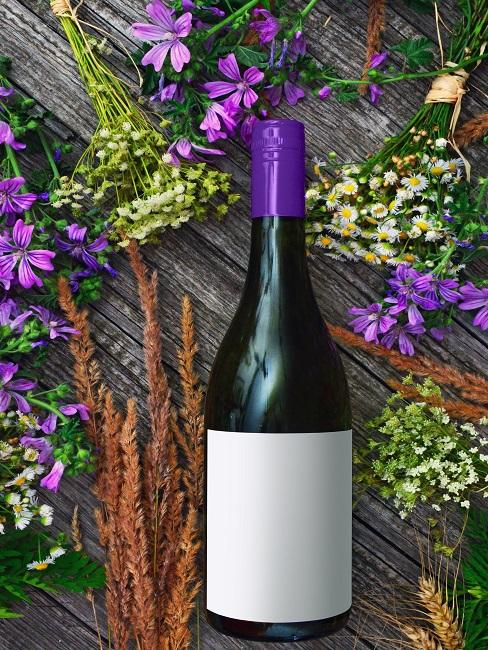 Fĺaša na víno s kvetinovým aranžovaním