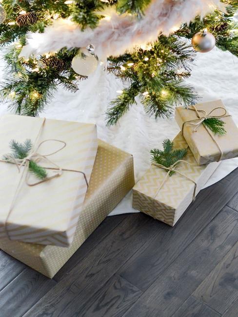 Vianočné darčeky pod stromčekom