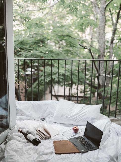 Zátišie s laptopom, vínom a knihou