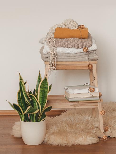 Naaranžované bytové textílie a doplnky na malom drevenom stolčeku