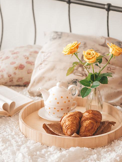 Raňajky do postele s kyticou žltých ruží