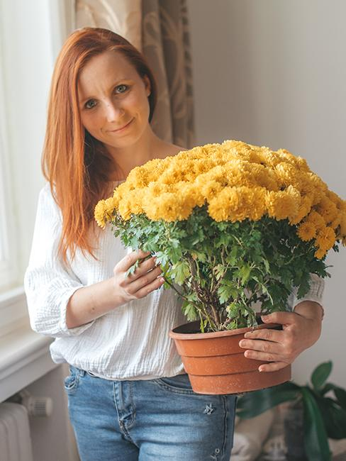 Portrét Majky, autorky blogu Mamin zápisník s kyticou žltých kvetov
