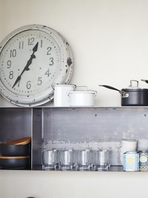 Kuchyňa v retro štýle so starožitnými hodinami