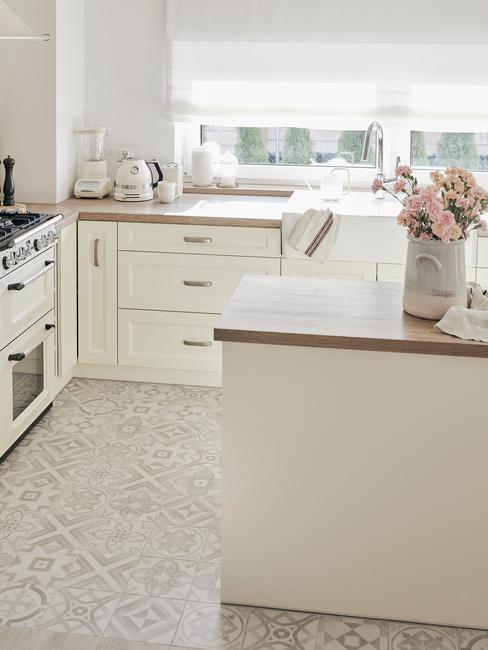 Zladená kuchynská doska a podlaha