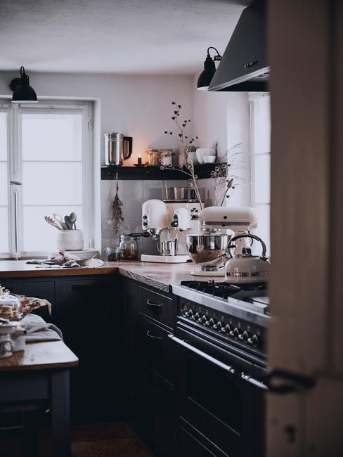 Tmavá kuchyňa v retro štýle