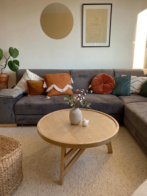 Obývacia izba autorou blogu Pekne bývať so sivou pohovkou a dreveným guľatým konferenčným stolíkom