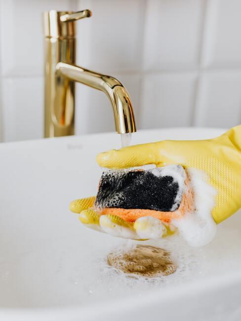 Čistenie kachličiek s pomocou hubky, vody a za pomoci ochranných rukavíc