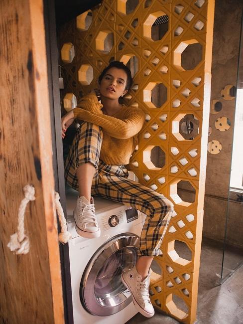 žena sediaca na svojej práčke