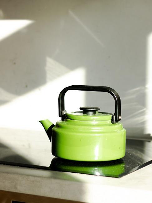 Zelený čajník na platni