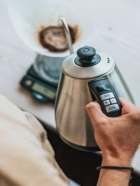 Nalievanie kávy z kanvice do dipperu