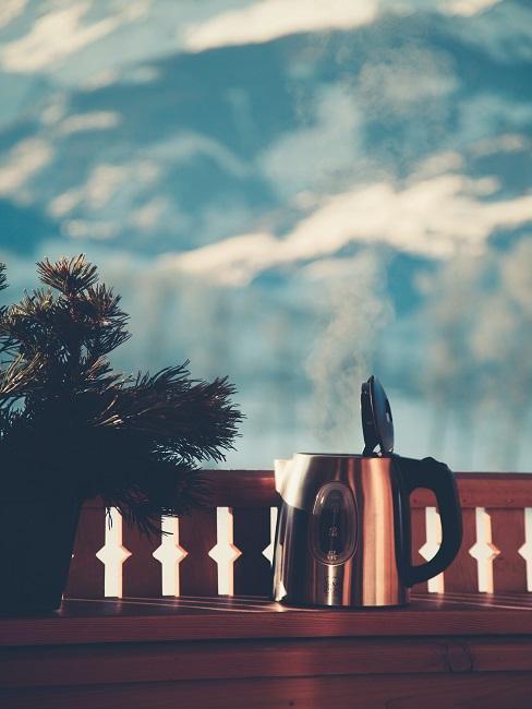Posedenie s kanvicou a výhľadom na hory