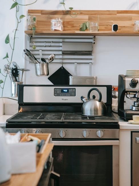 varná kanvica vo vidieckej kuchyni