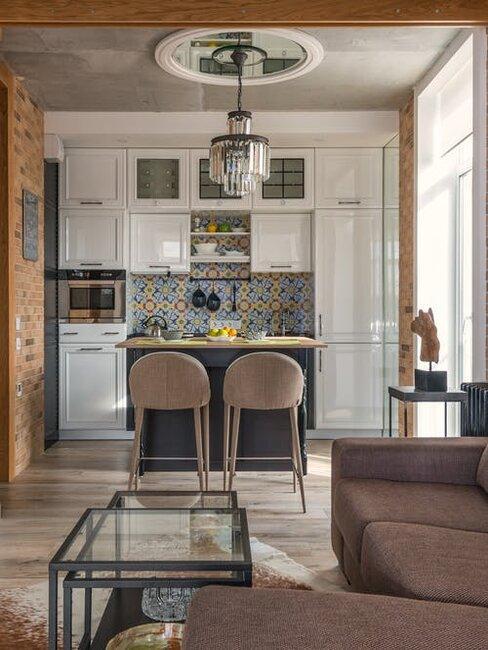 kuchyňa so stoličkami