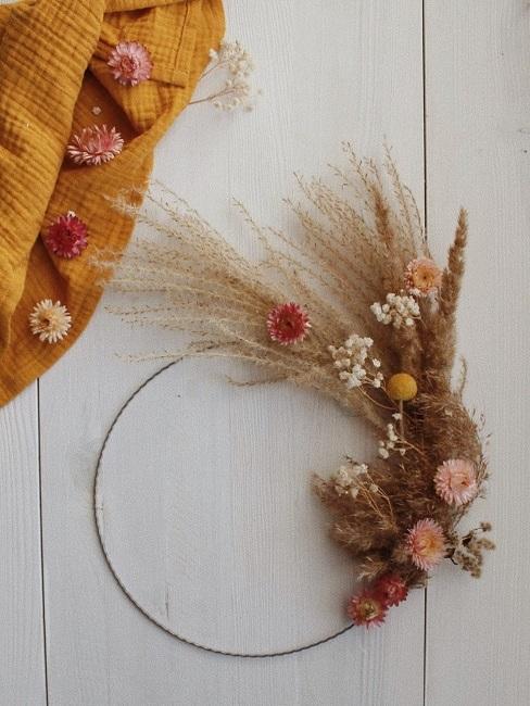 Ručne vyrobený venies na stenu alebo dvere so sušených kvetov