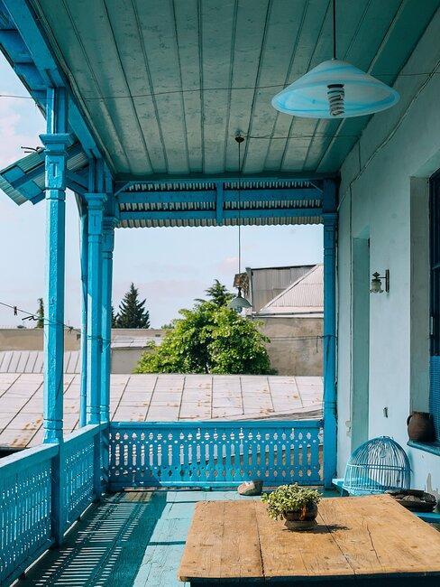 modrý balkón