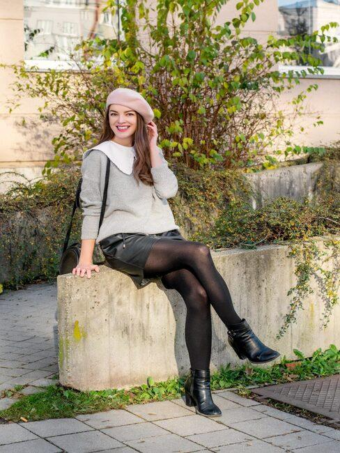 Ivanka, autorka blogu Mademoiselle Iva sediaca vonku obklopená zeleňou