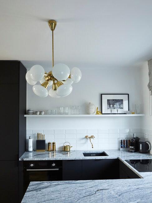 Zlato-čierne zariadenie kuchyne u Lukáša Kimličku
