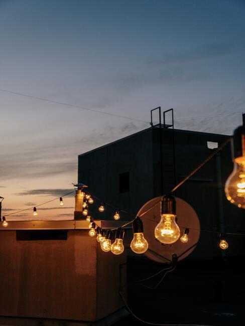 Závesné žiarovky na terase
