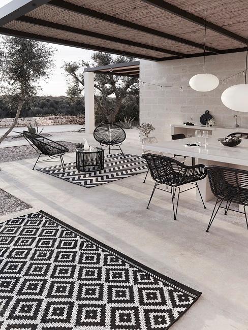 Čierno-biela moderná terasa