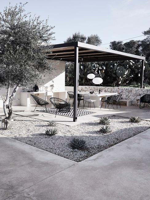 Čierno-biela kombinácia na terase