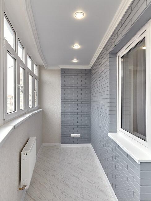 Sivý zasklený balkón