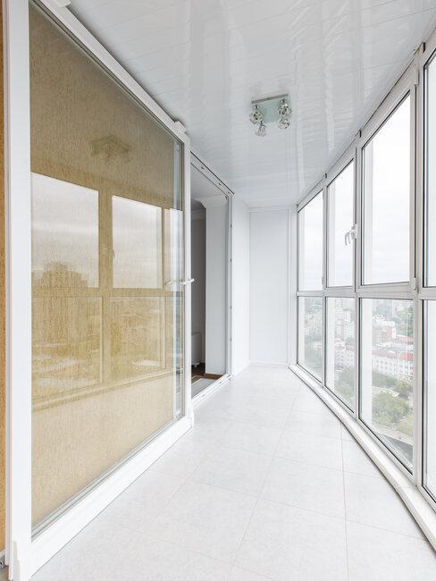 Biely zasklený balkón