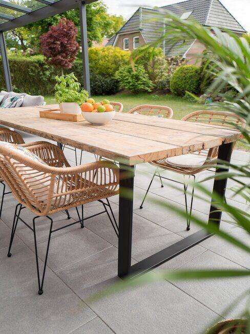 drevený stôl na záhrade