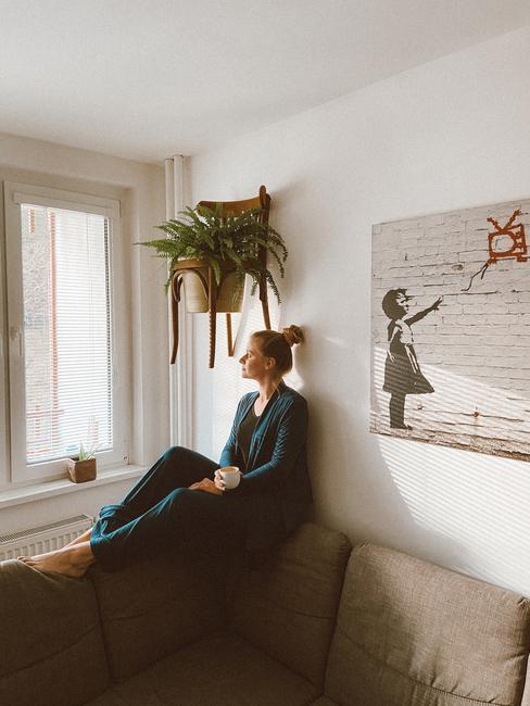 Obývacia izba so závesným kvetináčom zo stoličky