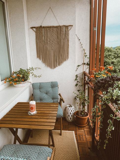 Balkón s nábytkom v boho štýle