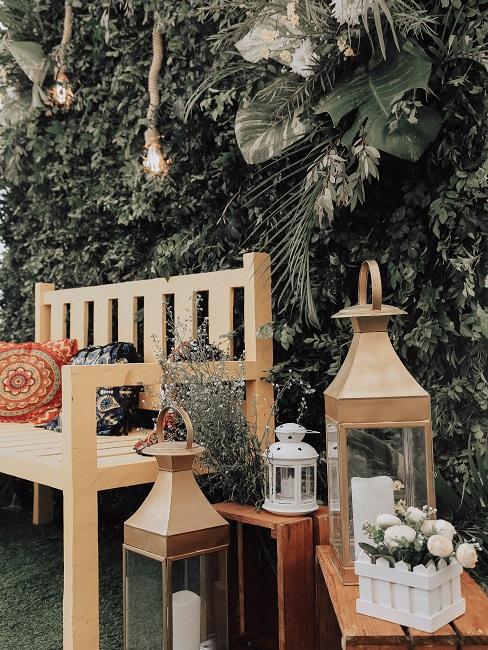 lavička v predzáhradke s lampani a dekoráciami