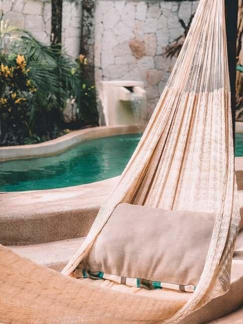 záhrada s bazénom