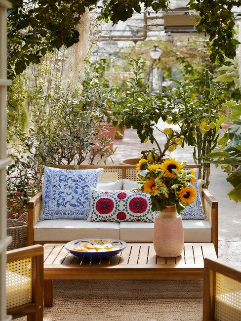 Nábytok z dreva v modernej záhrade