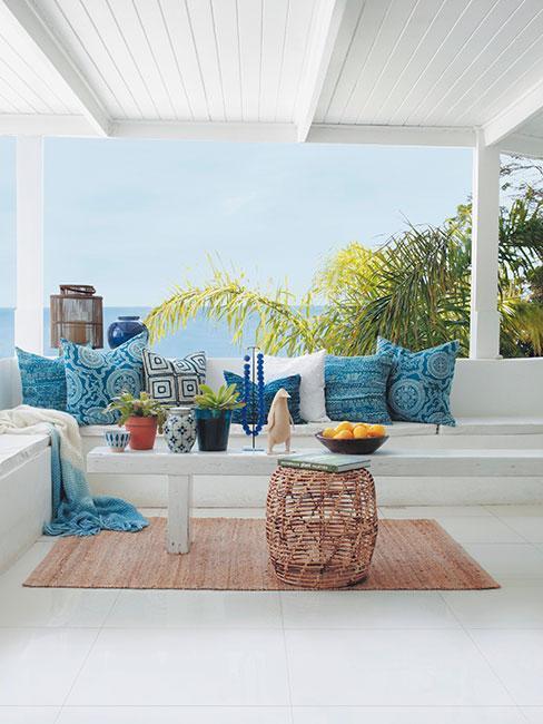 Záhradná terasa: biele a tyrkysové prevedenie
