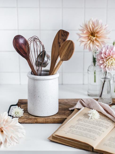 Kuchynské náradie a vázy s kvetmi