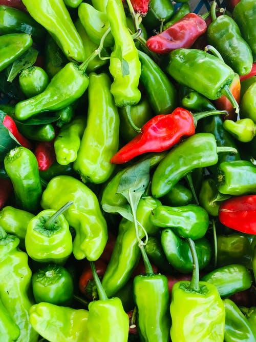 zelené a červené papriky