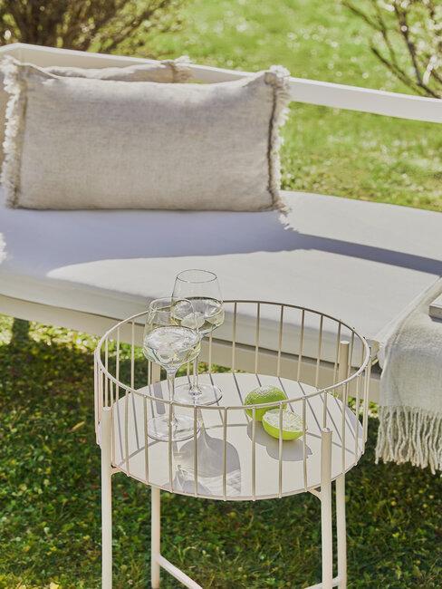 Moderné záhrady a moderný nábytok