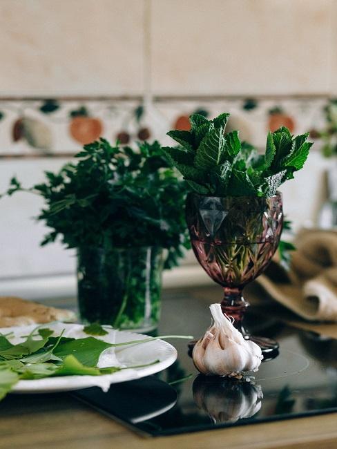 Bazalka na stole s riadom