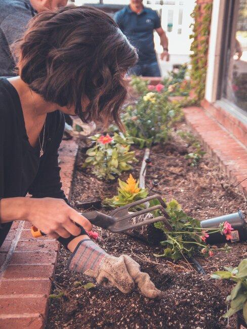 Burina v záhrade: žena pracujúca v záhrade