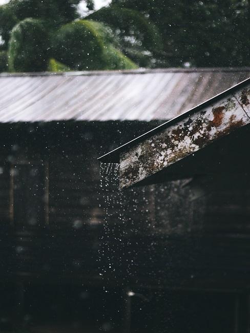 Stekanie dažďovej vody zo strechy