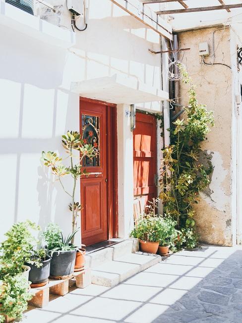 Zámková dlažba pred dverami