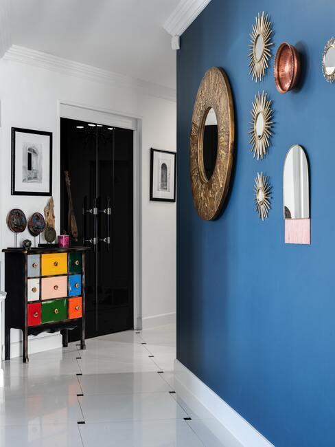 Modrá farba na stene