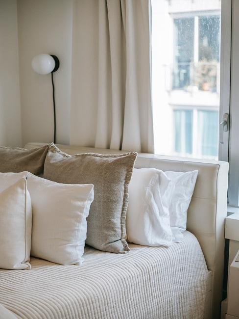 Pohovka v obývačke v béžovej farbe