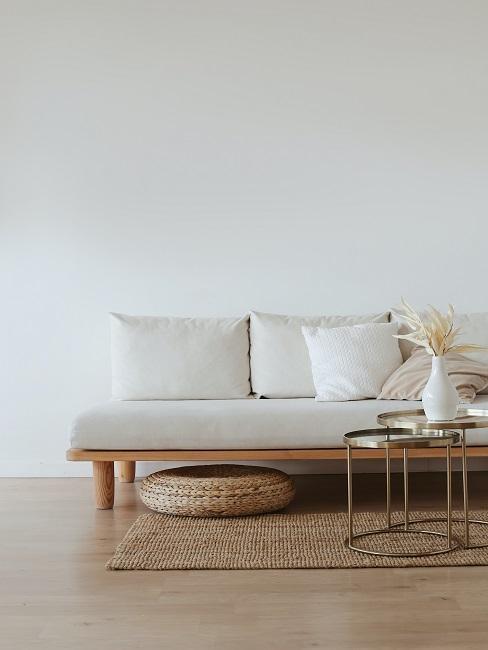 Biela stena v obývačke