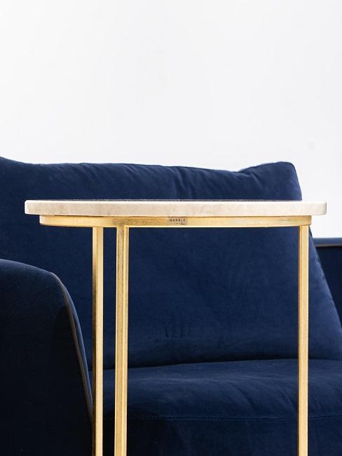 Modrý interiér so zlatými prvkami