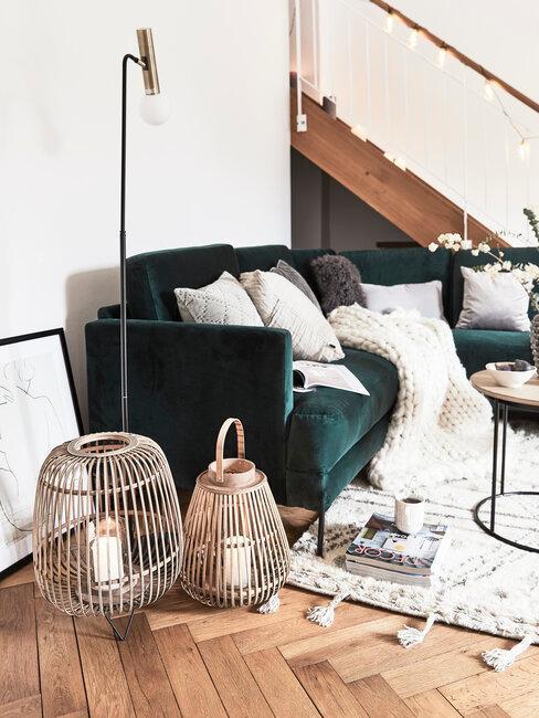 Zamatová zelená pohovka v obývačke